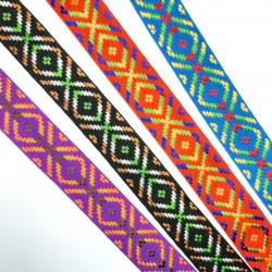 Galón tapacosturas con rombos decorativos de 2,5 cms. Cinta ideal para tapar costuras o alargar prendas y complementos.
