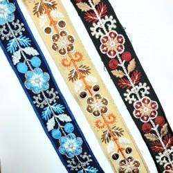 Galón tapacosturas con flores bordadas 3,5 cms. Cubrecosturas original para embellecer tus prendas y complementos.