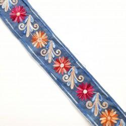 Galón flores multicolor bordadas en tejido vaquero.