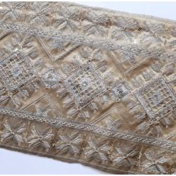 Galón fantasía 24 cms camel con bordado metalizado oro y plata con lentejuelas decorativas.