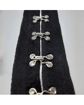 Cinta espiga negra con corchetas plateadas decorativas. Adorno original para prendas y complementos.