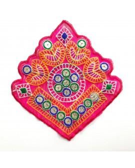 Aplicación étnica multicolor fucsia con espejos decorativos. Diseño original y novedoso para tus prendas y complementos.