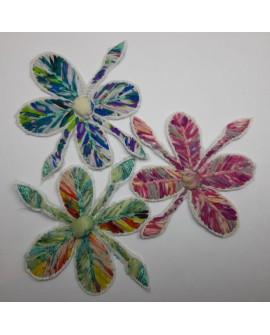 Flor de tela multicolor decorativa. De diseño original y novedoso. Ideal para prendas y complementos.