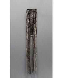 Hombrera plateada recta con cadenas decorativas