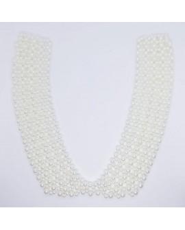 Cuello decorativo de perlas engarzadas de color blanco. Adorno especial para darle a tus prendas un toque elegante y personal.