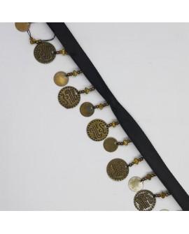 Cinta negra con monedas metálicas doradas